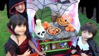 前回スーパーでお買い物をしたハロウィン用のお菓子で魔女のお菓子屋さ...