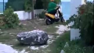 Dicker Mann auf Roller