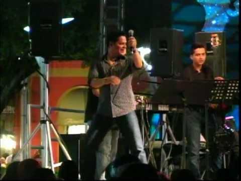 """Rey Ruiz cantando """"NO ME ACOSTUMBRO"""" en Salinas, Puerto Rico(2010)"""