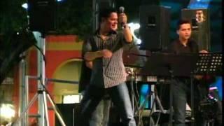Rey Ruiz cantando