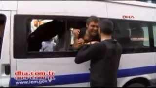 Kafasıyla Polis Arabasının Camını Kırdı
