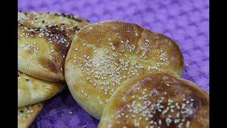 الصمون المدور بالسمسم ( شبيه برغيف الخبز المصري )