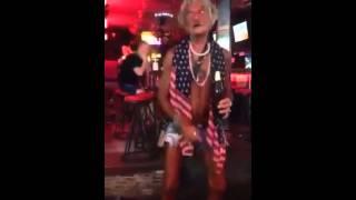 Веселый дед в Паттайе на Волкинг Стрит : видео(http://ontheedge.ru/ Если вы были в Таиланде в Паттайе, то наверняка помните веселого деда с Волкинг Стрит. Он как..., 2015-02-20T22:33:46.000Z)