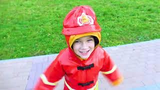 Vania finge brincar bombeiro de super-heróis