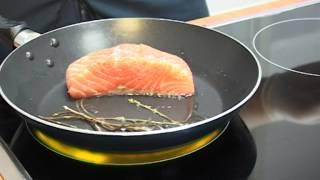 Студенты КУТТС готовят: Жареный лосось с овощами и салатом.