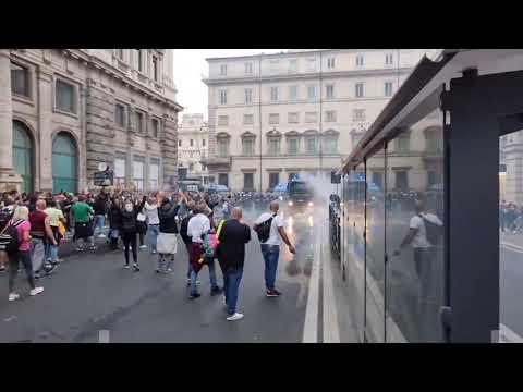Roma, scontri tra no green pass e polizia dopo la manifestazione di Piazza del Popolo