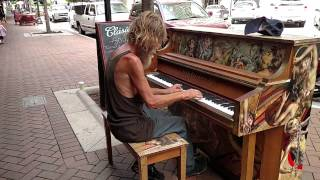 Homeless Man Plays Piano Beautifully Sarasota (Om al strazii canta la pian)