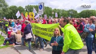 Naar schatting vierhonderd mensen bij demonstratie Zwolle tegen uitbreiding luchthavens