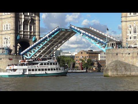 Un Barco Pasa Por El Puente De La Torre De Londres YouTube