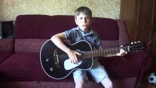 Мальчик классно играет на гитаре*