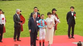 レース後の表彰式の様子です。 女優の波瑠さんがプレゼンターとして登壇...