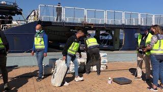 Descarga en el puerto de Vigo de la cocaína intervenida en el velero 'Goldwasser'