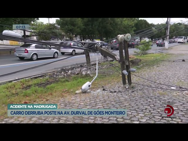 Acidente na madrugada: Carro derruba poste na Av. Durval de Góes Monteiro