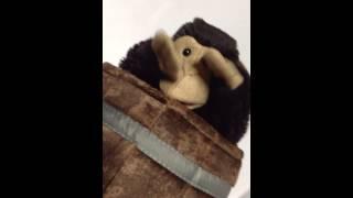 サルが樽から出たり入ったりします。 http://il-folkmanis.com/category...