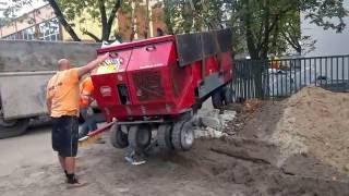 Załadunek maszyny do kładzenia gumy na boiskach. www.rymix.pl