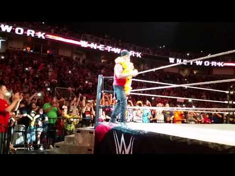 Hulk Hogan's entrance at WWE Live San Jose