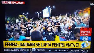 Femeie jandarm, atacată de protestatari.
