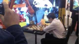 Карякин играет с роботом на стенде ChessTV