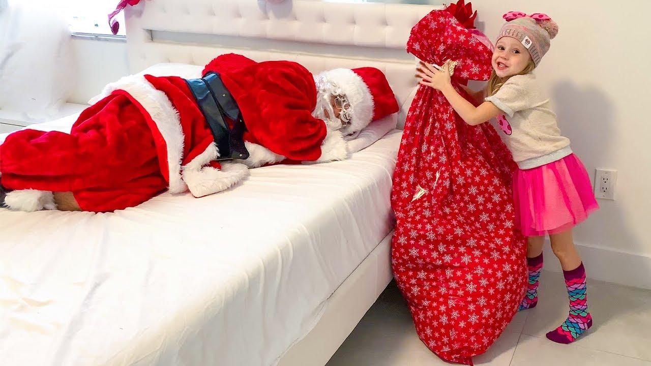 Настя разносит подарки на Рождество