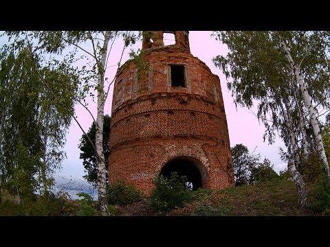 Необычная церковь, посредине поля
