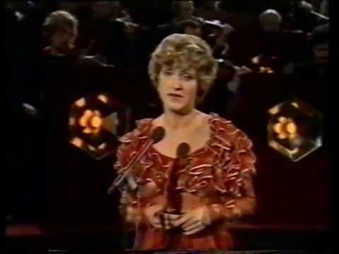 """Jasperina de Jong zingt """"Meisje uit de provinsie in het Magies Sentrum"""", 1974."""