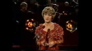 """Jasperina de Jong zingt """"Meisje uit de provinsie in het Magies Sentrum""""."""