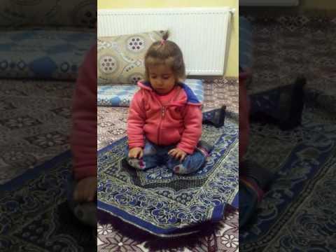 Namaz kılan küçük kız çocuğu