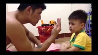 Cười lăn lộn với clip ông bố dạy con trai đếm từ 1 đến 3