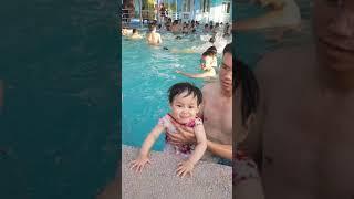 Bé đi bơi bể bơi chung cư bắc sơn