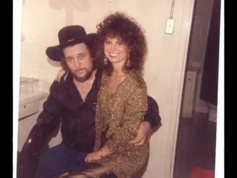 Waylon Jennings (solo) - Good Hearted Woman