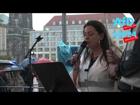 """Gritt Kutscher bei der Kunstinstallation """"Trojanisches Pferd"""" in Dresden"""