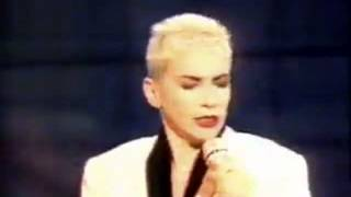 Eurythmics - You Have Placed A Chill In My Heart (live & acoustic Fantastico Italian TV performance)