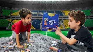 BRINCANDO de COLAR FIGURINHAS no Álbum da Copa do MUNDO 2018 - Paulinho e Toquinho