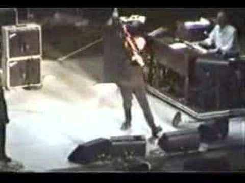 pete townshend smashes his guitar