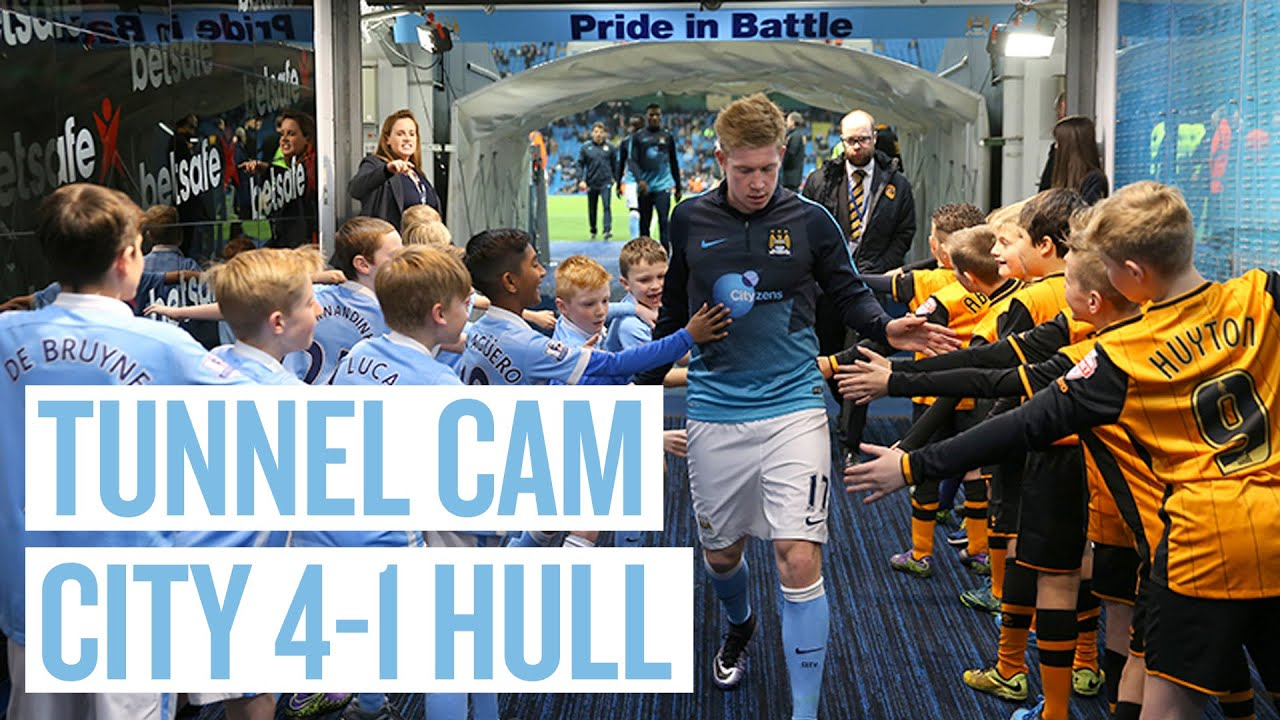 Mascots go crazy for Manchester City's Kevin De Bruyne in tunnel