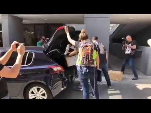 Agentes de la UDEF salen del Ayuntamiento de Puertollano con varias cajas de documentación