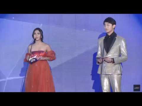 Rocker Nguyễn rạng rỡ trao giải cho Chi Pu tại WebTVAsia 2016