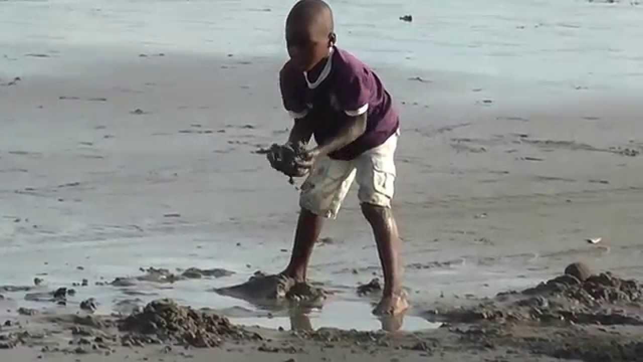 Niño Afrocolombiano Jugando En La Playa De Juanchaco