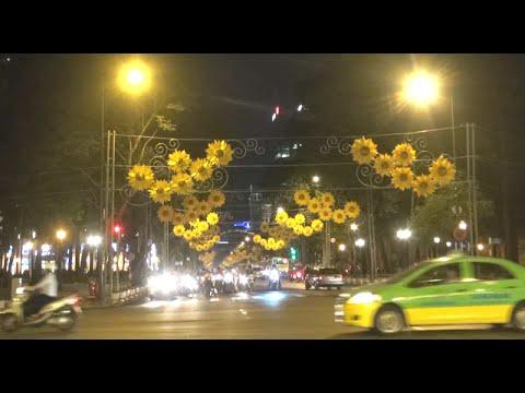 Trung tâm Sài Gòn rực rỡ sắc màu giáng sinh và năm mới