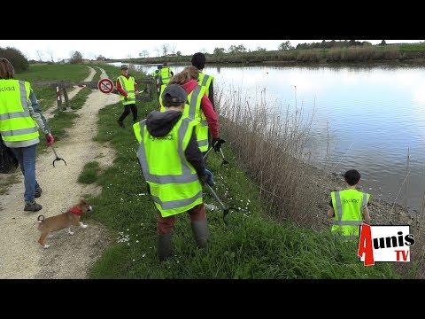 Marans. Les jeunes des pictons nettoient le canal