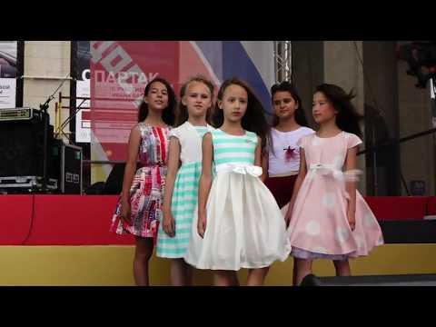 Показ коллекции ярких платьев для девочек 2017