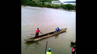 Travessia de moradores é feita pela Rio Jequitinhonha, em Almenara (MG)