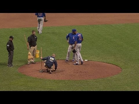 CHC@MIL: Hole on the mound causes short delay