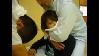 2 японца делают девушке массаж. Жесть !
