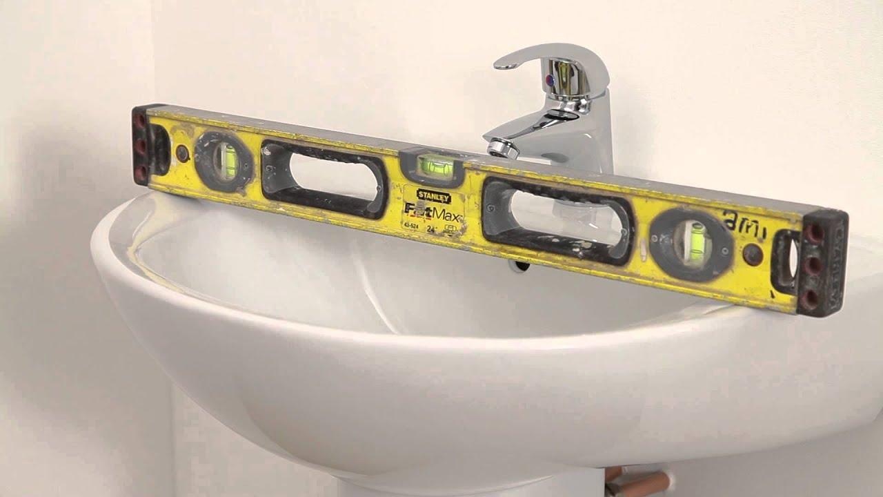 Wasbak Badkamer Plaatsen : Het installeren van een wasbak met voetstuk en kraan youtube