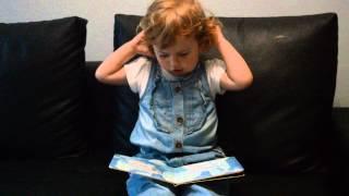 2,5 letnia Wikusia czyta książeczkę :) Zwierzęta w zoo :)