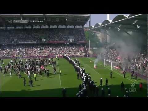 Rapid-Fans stürmen Spielfeld