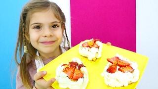 Çocuk videosu. Sevgililer günü için pasta yapıyoruz