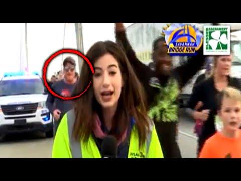 Un corredor le da una palmada en el culo a una reportera en pleno directo