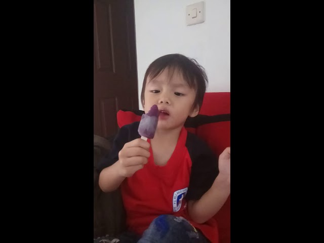 Juna makan es krim Paddle Pop Duo Anggur